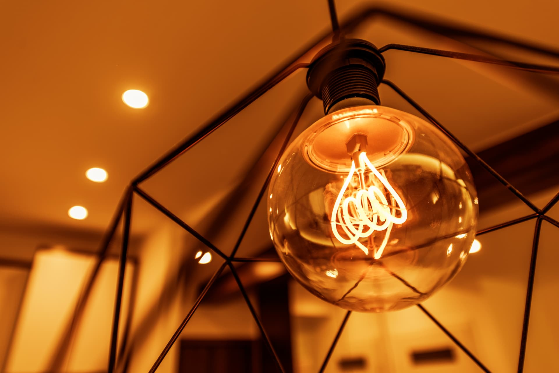 Een schuin plafond inrichten doe je zo breman verlichting for Kamerlamp plafond
